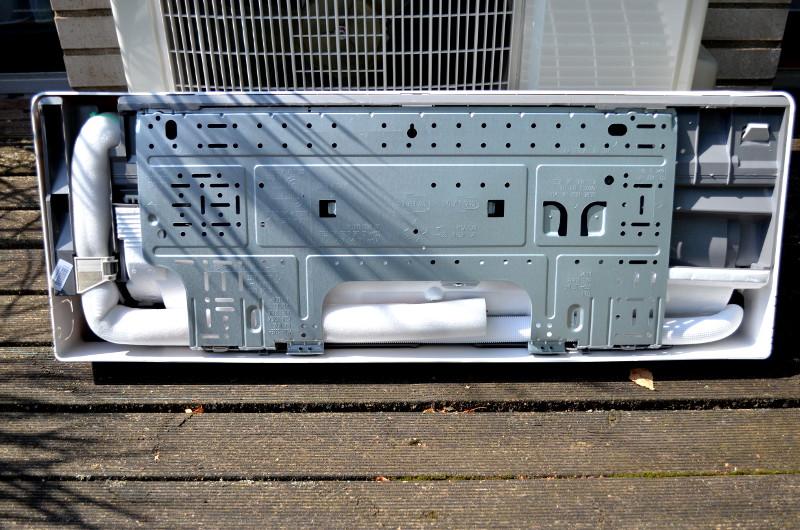 Das Innengerät wird per abnehmbarer Wandhalterung in mindestens 2,5 Metern Höhe befestigt.