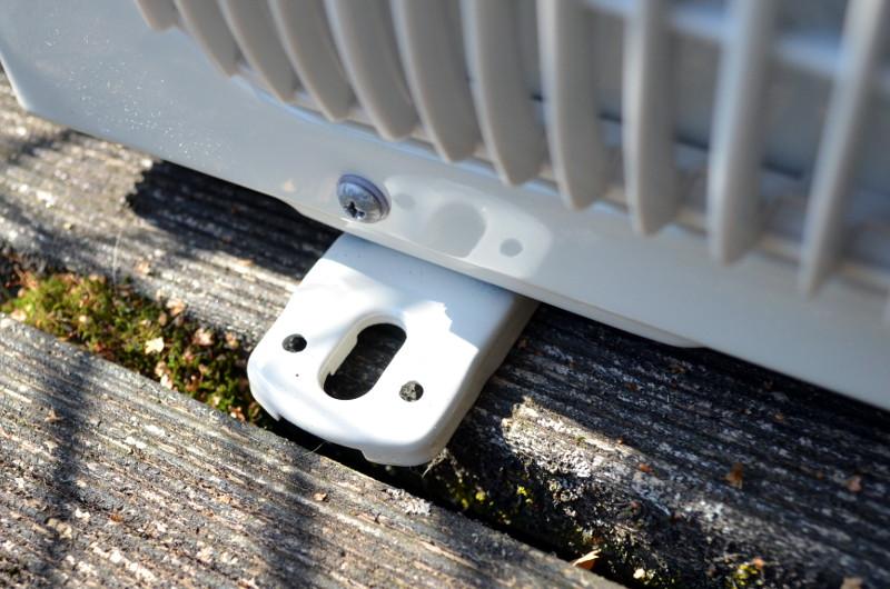 Falls sicherer Stand alleine nicht reicht, lässt sich das Außengerät auch im Boden verschrauben.