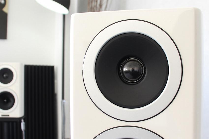 Clevere Lösung: Der 25 Millimeter-Hochtöner sitzt in einer leichten Vertiefung, die als effektive Schallführung dient.
