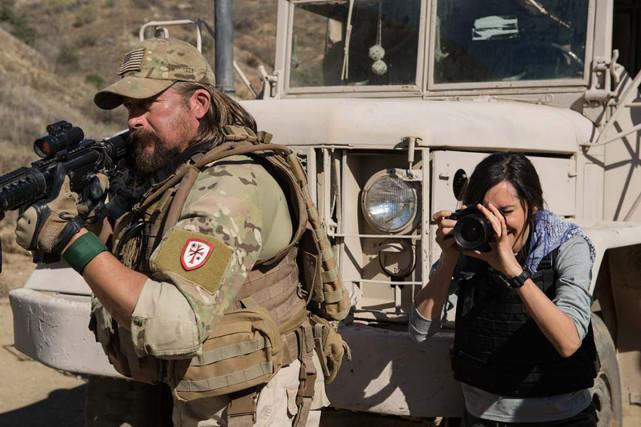 Mosby und Vasquez drängen zwar auf eine sofortige Rückkehr, müssen sich allerdings zunächst mit ihrem Vorgesetzten und der aufdringlichen Kriegsreporterin Janet (Charlene Amoia) auseinandersetzen. (© EuroVideo Medien GmbH)