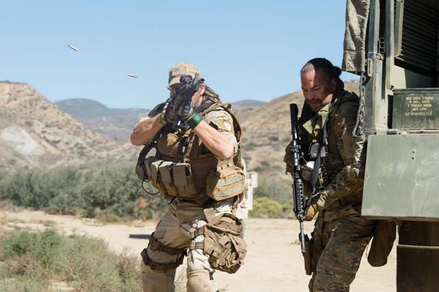 Bei einer Rettungsmission gerät sein Team um Sergeant Mosby (Tim Abell, l.) und Vasquez (Rob Van Dam) allerdings unter schweren Beschuss. (© EuroVideo Medien GmbH)