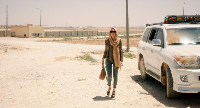 In einem von Panzern umstellten Luxushotel im arabischen Krisengebiet organisiert die deutsche Entwicklungshelferin Dorothea Hilfsprojekte. (© Lighthouse Home Entertainment)