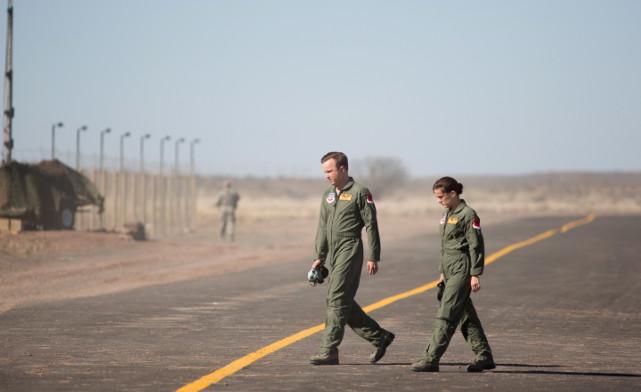 Für Aufklärung sorgt eine Reaper-Drohne, die in Nevada von den Piloten Steve Watts (Aaron Paul) und Carrie Gershon (Phoebe Fox) gesteuert wird. (© Universum Film)