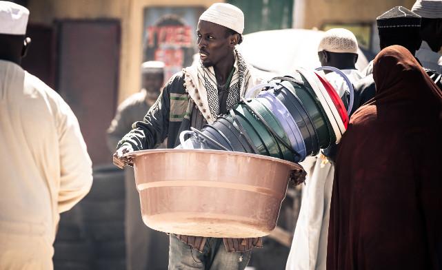 In Nairobi wird der Agent Jama Farah (Barkhad Abdi) eingesetzt, um zusätzliche Informationen zu beschaffen. (© Universum Film)