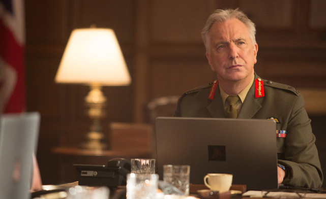 Währenddessen versucht Generalleutnant Frank Benson (Alan Rickman), die Entscheidungsträger aus der Politik zu einer Entscheidung zu drängen. (© Universum Film)