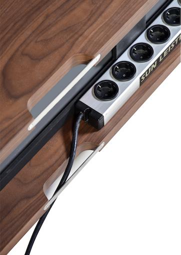 Hinter besagter Rückwand befindet sich noch ausreichend Platz zur Platzierung einer Steckerleiste. Sehr gut. Natürlich lassen sich hier auch Lautsprecher- und Signalleiter ablegen.