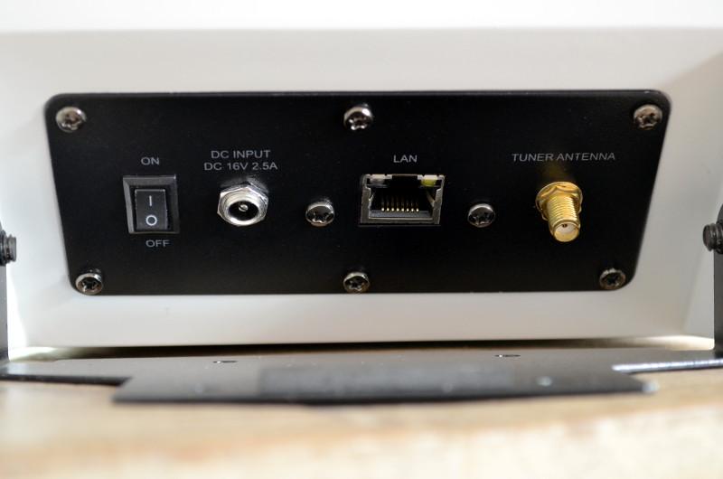 Auf der Rückseite stehen Anschlüsse für das Netzkabel, Ethernet und die FM-Antenne zur Verfügung.