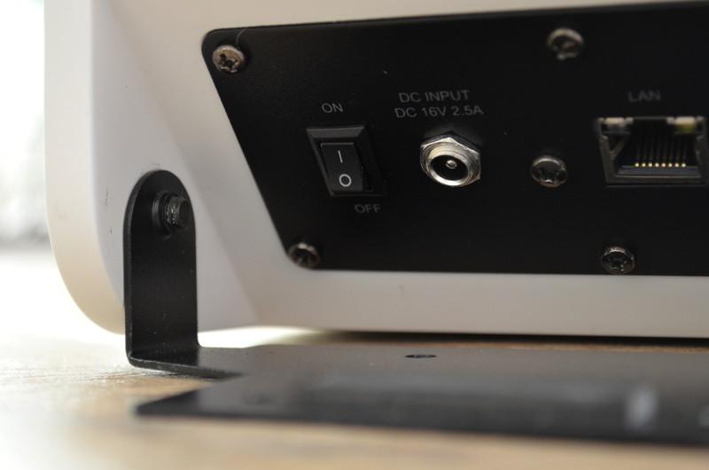 Bei der Wandmontage wird die Wandhalterung zunächst abgenommen und montiert sowie sämtliche nötigen Kabel am SB 100 angeschlossen, bevor er wieder mit der Wandhalterung verschraubt wird.