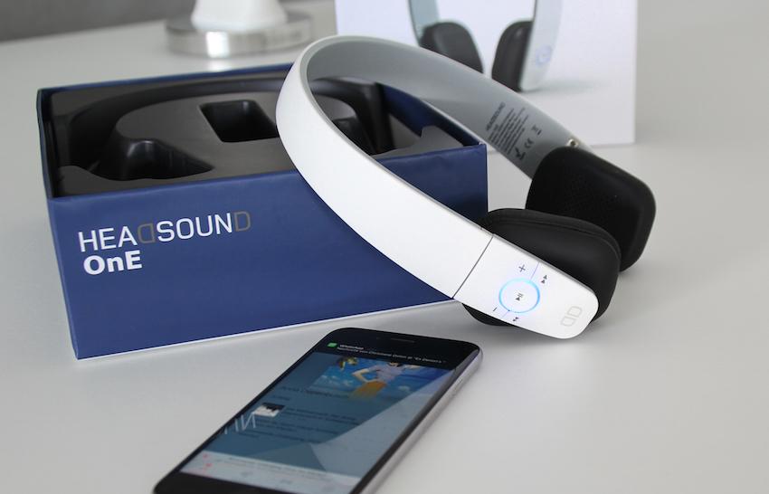 Nach erfolgreichem Verbindungsaufbau mit dem Smartphone leuchtet der Ring um die Play/Pause-Taste permanent blau.