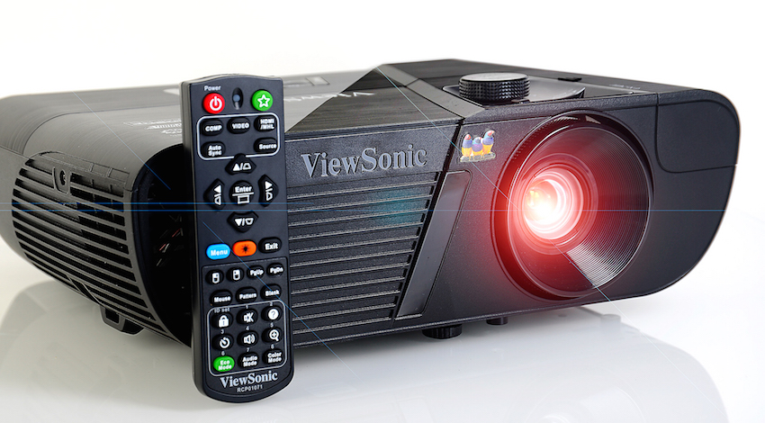 Der ViewSonic Pro7827HD wird mit einer handlichen Fernbedienung ausgeliefert. Foto: Michael B. Rehders
