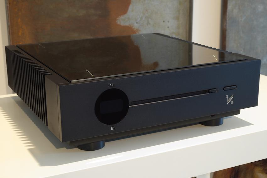 Unscheinbar: Der CD-Slot sitzt mittig in der Gerätefront und wirkt auf den ersten Blick eher wie ein Designelement.