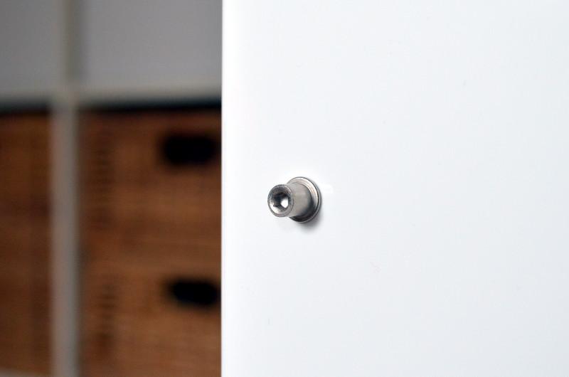 Die unspektakuläre Frontblende wird von sechs Pins gehalten.