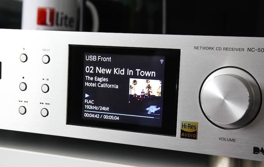Cover, Titelname, Interpret und Laufzeit des aktuell angespielten Songs werden im Display angezeigt. Selbst über das gerade anliegende Dateiformat (hier 192 kHz) wird der Besitzer des NC-50DAB informiert.