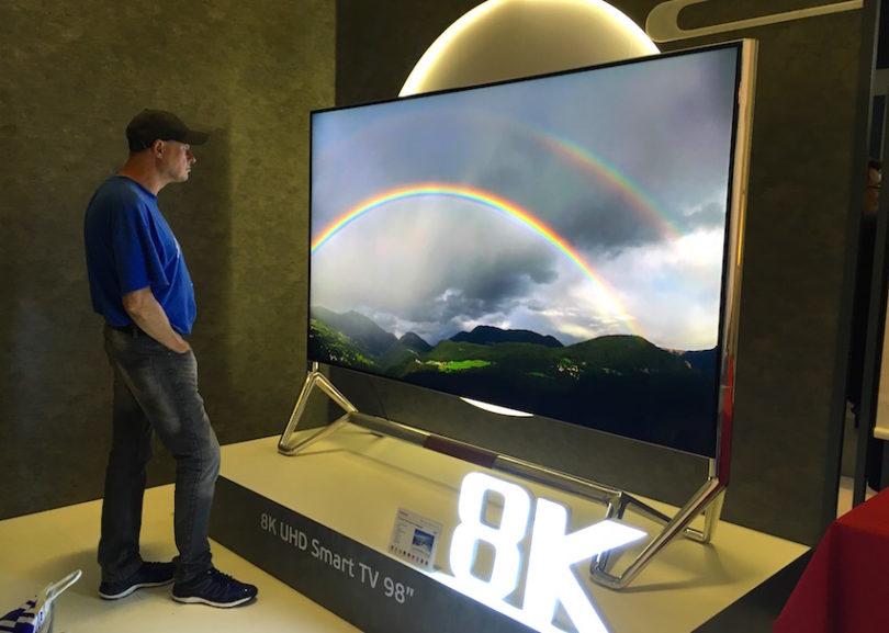 Changhong lässt IFA-Besucher staunen und zeigt einen 98 Zoll großen 8K-UHD-Flachfernseher. Dieser bietet eine Auflösung von 7680 x 4320 Pixeln, was der 16fachen Anzahl von Full-HD entspricht. Optisch besticht er durch seinen Metall-Rahmen und X-Ständer mit einzigartiger Doppel-U-Form mit High-Bright Silber-Technologie.