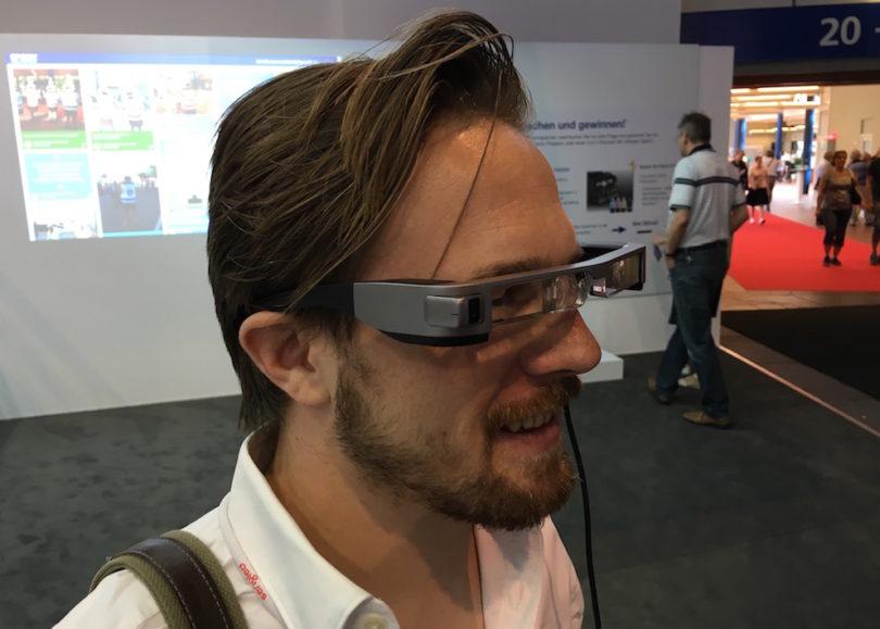 Augmented-Reality: Epson zeigt seine neue Moverio-BT-300-AR-Brille. Die Bedienung erfolgt über eine kleine, android-ähnliche Steuereinheit. Das Besondere: die Moverio BT 300 ist mit OLED-Displays ausgestattet, die mit 720p ins Sichtfeld projiziert werden.