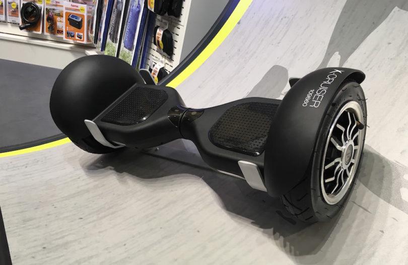 """Hoverboard, Self Balancing Scooter, Mini-Segway. Es gibt unzählige Bezeichnungen für den Fortbewegungs-Trend auf zwei Rädern, der derzeit massiv aus den USA nach Europa schwappt. Hama hat sich der Thematik angenommen und stellt zur Internationalen Funkausstellung in Berlin sichere <strong><a href=""""https://www.lite-magazin.de/2016/07/hama-auf-neuen-wegen-balance-scooter-made-in-germany/""""> Balance-Scooter</a></strong> made in Germany vor."""