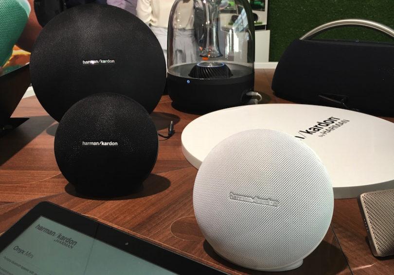 """Auch dieses Design kommt uns bekannt vor. Das neue Harman/Kardon Onyx Mini, die geschrumpfte Bluetooth-Version des bereits von uns getesteten <strong><a href=""""https://www.lite-magazin.de/2014/08/harmankardon-onyx-studio-mobiler-sound-auf-hifi-niveau/""""> Onyx Studio</a></strong>."""