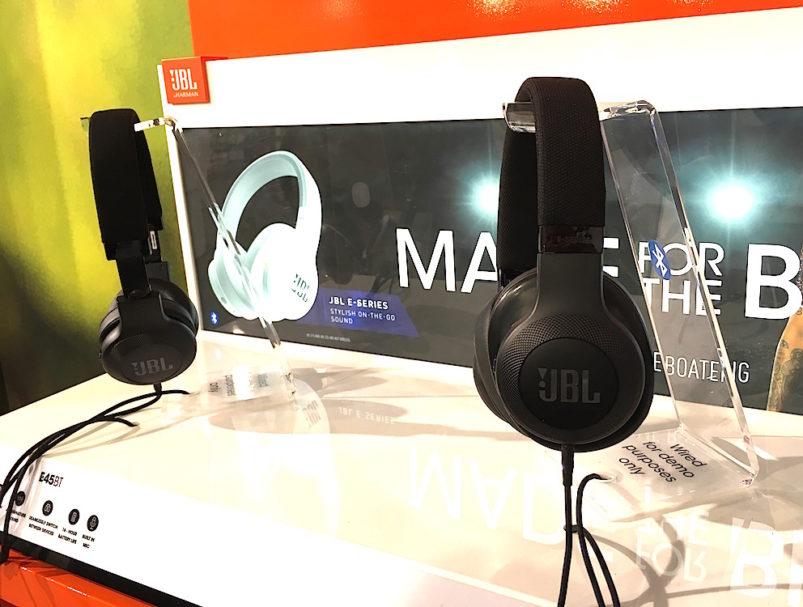 Optisch vielleicht eher unscheinbar zeigte sich der Bluetooth-Kopfhörer E55BT von JBL im Kurztest als echtes Klanghighlight. Dazu federleicht und mit einem Akku bestückt, der 20 Stunden Dauerbetrieb verspricht. Preis: 109 Euro.