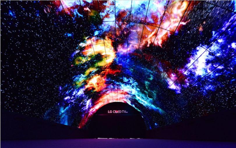 Die vielleicht beeindruckendste Installation während der IFA blieb LG in Form eines gigantischen Tunnels aus OLED-TVs vorbehalten. Insgesamt 216 einzelne 55-Zoll-Curved-OLED-Displays kreieren einen fünf Meter hohen, 7,4 Meter breiten und 15 Meter langen Durchgang, durch den täglich tausende Messegäste gehen. Auf 447.897.600 Pixeln werden hier atemberaubende Szenen wie das isländische Polarlicht, die Unterwasserwelt oder Bilder aus dem Weltall dargestellt.
