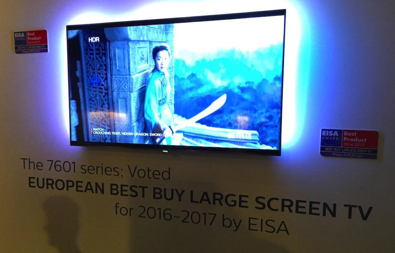 """Mit dem Ambilight <strong><a href=""""https://www.lite-magazin.de/2016/07/philips-uhd-tv-65pus7601-mit-local-dimming-led-panel/""""> UHD-TV 65PUS7601</a></strong> präsentiert Philips ein weiteres TV-Highlight der IFA. Dieser neue High-End-TV basiert mit seinem LED-Local Dimming-Backlight auf der derzeit besten verfügbaren LCD-LED-Paneltechnologie und bietet kompromisslose Bildverarbeitungstechnologien. Der Ambilight-TV macht Spitzen-Bildqualität bereits im mittleren Segment der Produktrange verfügbar. Die voraussichtliche unverbindliche Preisempfehlung des 65PUS7601 beträgt 3.199 Euro."""