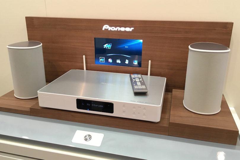 Zukunftsmusik: zu bestaunen war ebenfalls Pioneers FS-40. Ein 2.0- bzw. 2.1-HiFi-Setup mit HiRes-Wiedergabe, HDMI-In und Multiroom-Vorbereitung. Dazu Zugänge zu Streamingdiensten wie Deezer, TIDAL, TuneIn und Steuerung über eine komfortable Remote-App.