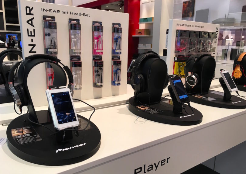 Natürlich hatte Pioneer den aktuell angesagtesten portablen HiRes-Player am Stand: Name: XDP-100R. Skills: intuitive Benutzerführung, Unterstützung von MQA, verfügbare Streamingdienste wie TIDAL, Deezer und Spotify. Dazu Bluetooth, WiFi und WiFi Direkt.