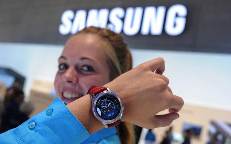 Mit seiner Gear 3 präsentiert Samsung die konsequente Weiterentwicklung seiner erfolgreichen Smartwatch-Reihe. Das Besondere dabei: Die Gar 3 erinnert nicht an ein technisches Gadget, sondern an eine Armbanduhr aus dem Premium-Segment. Hinter dem OLED-Display arbeitet ein Zwei-Kern-Prozessor, der auf 768 Megabyte Arbeitsspeicher zugreift. Zudem bietet die Gear S3 4 Gigabyte Flash-Speicher an. Ihr Akku soll bis zu vier Tage halten.