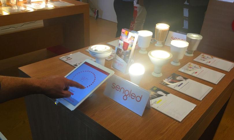Ebenfalls interessant: Dimmbare Leuchten, die sich wahlweise über Wandtaster oder aber auch via entsprechender Smartphone-/Tablet-App bequem vom Sofa aus regulieren lassen.