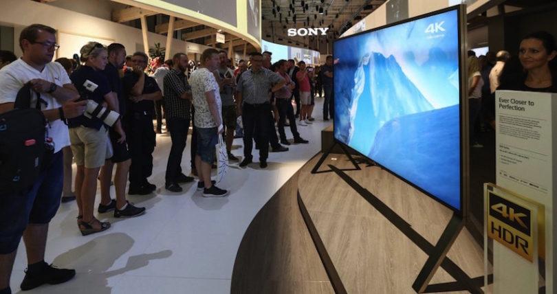 """Bravia ZD9 nennt sich Sonys neuestes 4k-TV-Flaggschiff, das in Berlin für reges Interesse sorgt. Neben seiner exzellenten Bildqualität weiß der ZD9 auch durch sein Äußeres zu überzeugen. Rahmen und Bildschirm gehen fast stufenlos ineinander über. Die ZD9-Serie wird in 100"""" (254 cm), 75"""" (189 cm) und 65"""" (164 cm) verfügbar sein."""