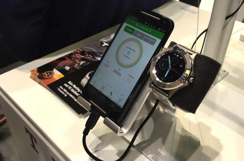 Tiger Watch präsentiert seine iOS- und Android-kompatible smartWATCH mit Edelstahlarmband. Das Gehäuse der 122-Gramm-Uhr ist nach IP66-Schutzklasse gegen eindringenden Staub und Wasser geschützt und beherbergt einen 300 mAh-Akku. Dieser verspricht ausreichend Leistung für bis zu drei Tage Laufzeit. Geladen wird die smartWATCH wird über eine magnetische Dockingstation.