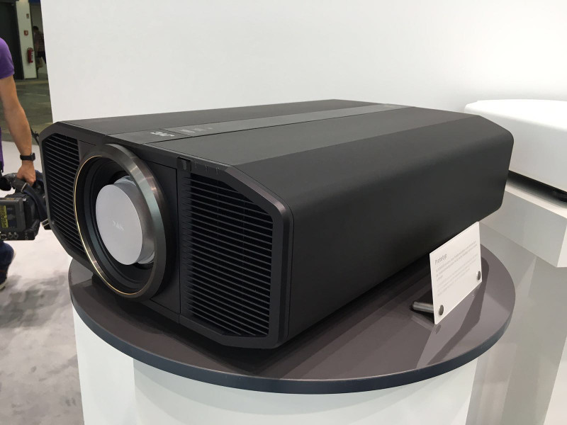 Der Projektor DLA-Z1 von JVC garantiert mit nativer 4K-Auflösung maximales Kinoerlebnis. Die Helligkeit von 3.000 Ansi Lumen verspricht brillante Bilder mit einem extrem hohem Kontrastverhältnis. Die JVC-Autokalibrierung optimiert die Bildreproduktion zusätzlich. Ebenfalls an Bord: Wide Color Gamut, 6 Bank Blu-Escent Light Source, HDR-Kompatibilität und Multiple Pixel Control.