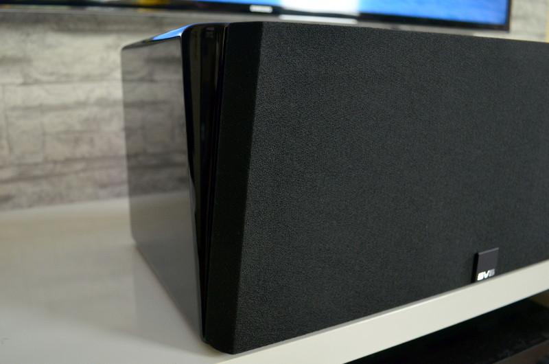Die Frontblende ist mit schwarzem Stoff bespannt, akustisch allerdings transparent.