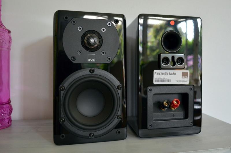 Die Rückseiten der Lautsprecher beherbergen Bassreflexports für zusätzlichen Druck im Tieftonbereich.
