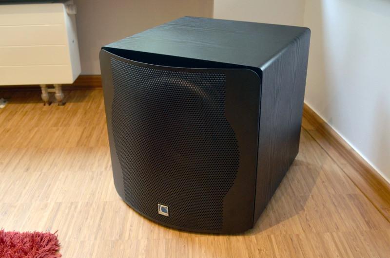 Das schwarze-Esche-Dekor des Subwoofers ist auch für die Lautsprecher verfügbar.