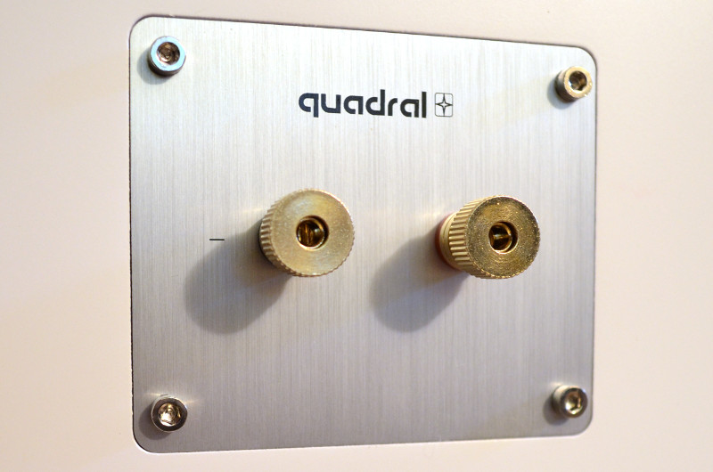 Die robusten Kabelklemmen (hier beim Center) nehmen auch Kabel mit größerem Querschnitt auf und ermöglichen den Anschluss auch ohne Fingerspitzengefühl problemlos.