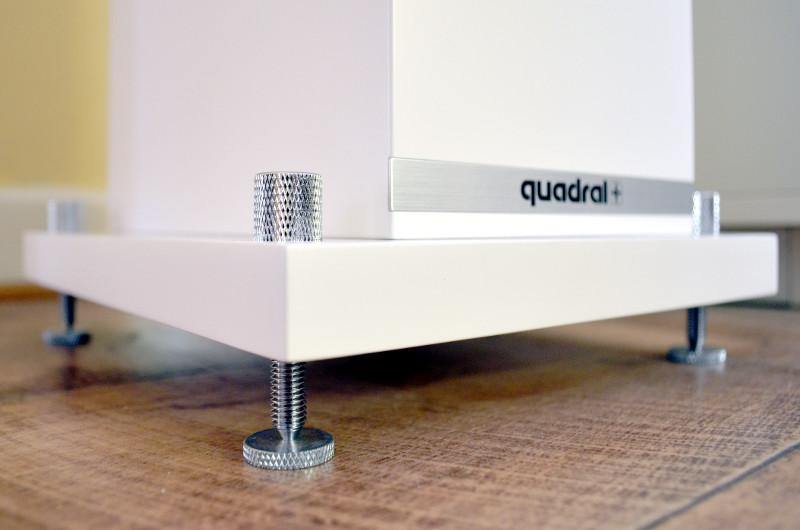 Für Standfestigkeit und ein edles Erscheinungsbild sorgen die höhenverstellbaren Spikes der Rhodium 400.