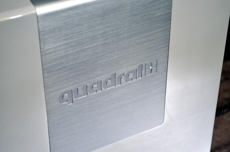 Die Einsätze aus gebürstetem Aluminium finden sich in allen Frontabdeckungen - im Subwoofer sogar in sehr großzügiger Ausführung.