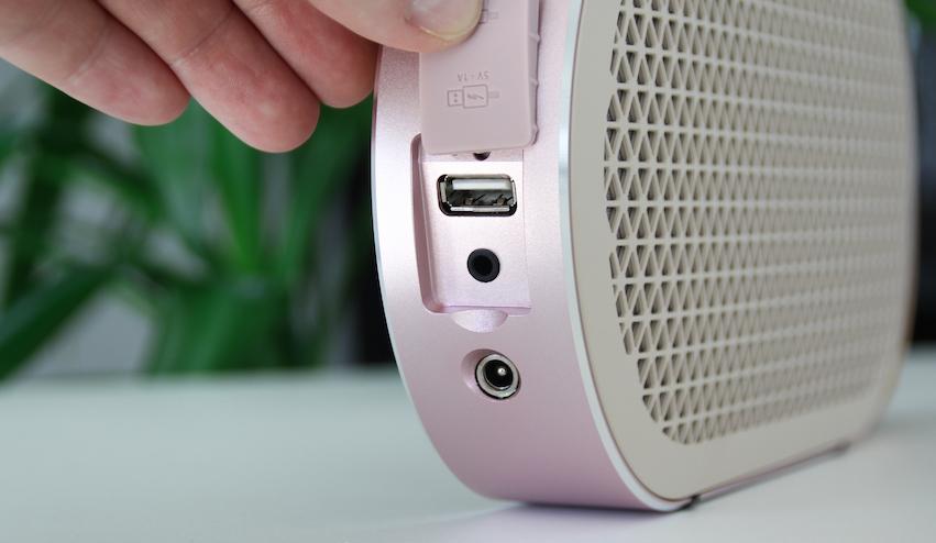 Anschlussseitig kann sich der KATCH sehen lassen. Über den analogen Line-In lassen sich stationäre HiFi-Geräte bzw. ein Chromecast Audio Dongle anschließen. Über den USB-Port lässt sich ein Handy laden.