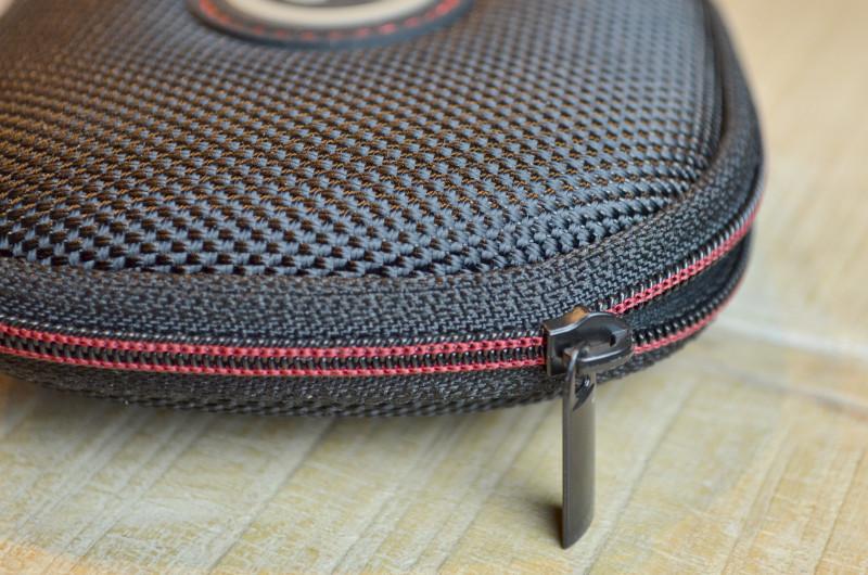 Die hochwertige Verarbeitung zeigt sich auch in kleinen Details wie der Ziernaht am Reißverschluss.