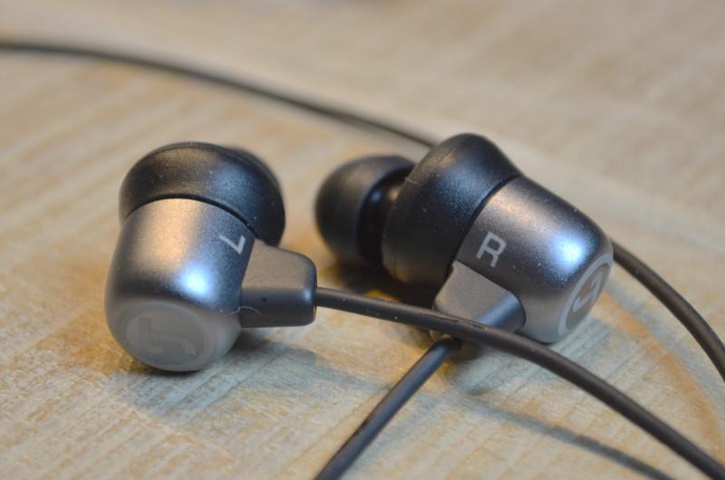 Der Mix aus Aluminiumchassis und Silikon-Ohrstöpseln verleiht dem Move BT einen edlen Look.