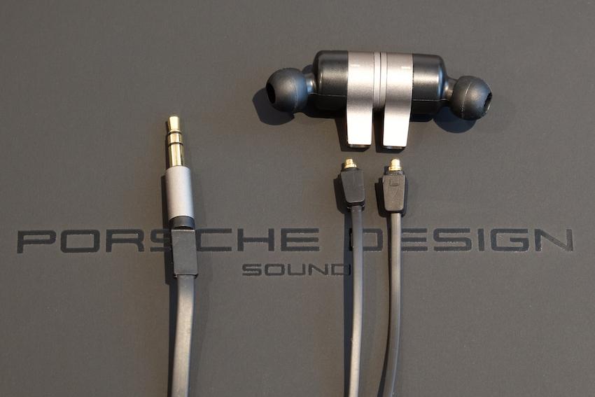 """Soll der Motion One kabelgebunden eingesetzt werden, wird das Nackenband einfach """"ausgeklinkt"""". Jetzt wird der Motion One wie ein klassischer In-Ear-Kopfhörer genutzt."""