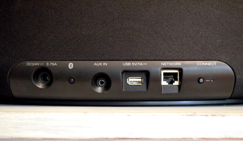 Die Anschlüsse auf der Rückseite ermöglichen das Koppeln via Bluetooth und Ethernet-Kabel sowie den Anschluss von USB-Speichermedien und Smartphones via 3,5-mm-Audiokabel.