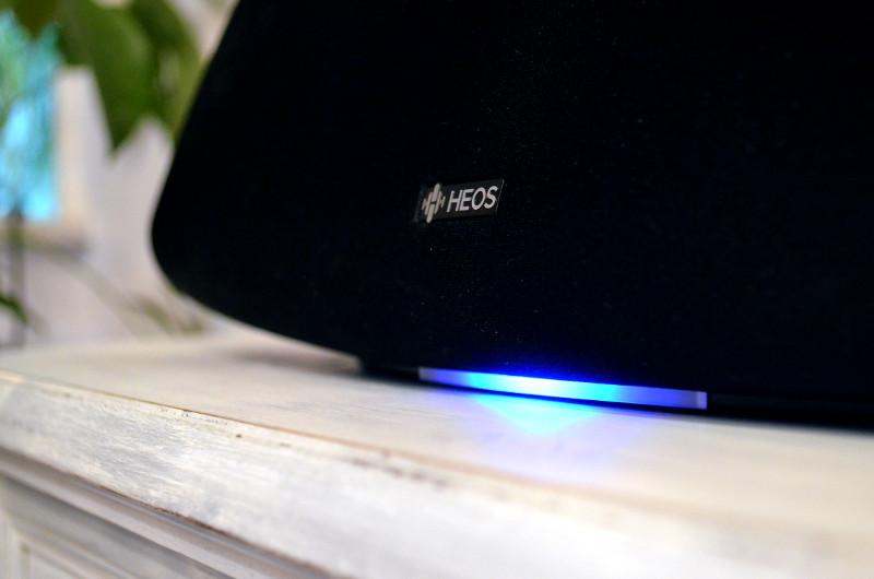 """Auch die """"Unterbodenbeleuchtung"""" durch die den Betriebszustand signalisierende LED ist ein unverkennbares HEOS-Merkmal."""
