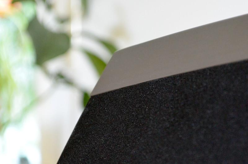 Der Materialmix aus feinmaschigem Stoff und gebürstetem Aluminium verleiht dem Heos 7 einen edlen Look.