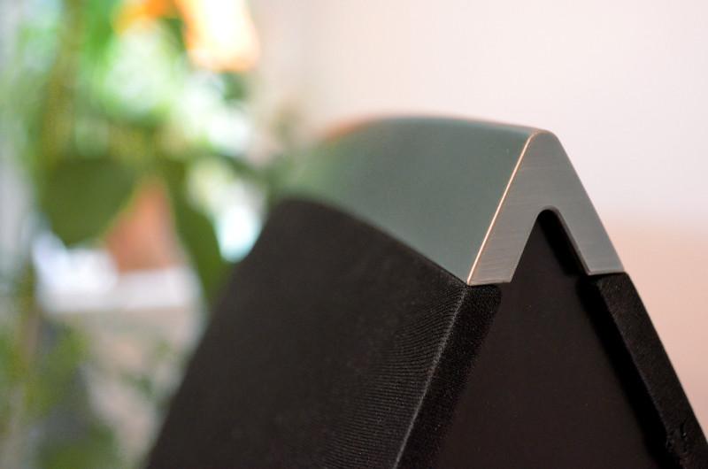Hübsches Detail: Der größte HEOS-Lautsprecher ist mit einer bündig abschließenden Zierleiste versehen, die seine wuchtige Gestalt geschickt kaschiert.
