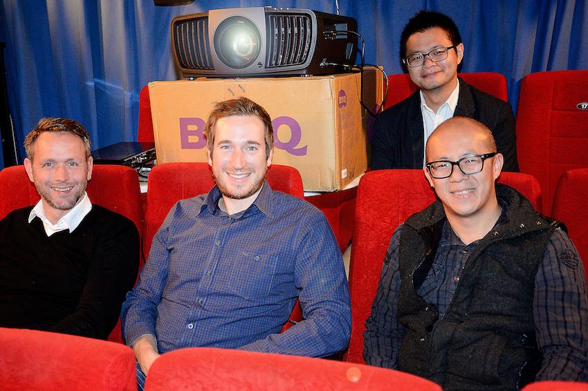 BenQ erschien gleich mit vier Personen, um uns den nagelneuen 4K-Projektor exklusiv vorzustellen. Hier hat es sich das BenQ-Team in unserem Test-Kino gemütlich gemacht und präsentiert ganz entspannt den W11000. Foto: Michael B. Rehders