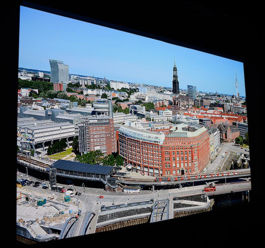 Diese Panoramaaufnahme zeigt einen Blick auf Hamburg aus der 21. Etage des Hanseatic Trade Centers. Die Ursprungsauflösung beträgt 36 Megapixel. Diese Datei wurde auf UHD-Auflösung reduziert. Sie dient regelmäßig als Referenz für diverse Projektoren-Tests. Foto: Michael B. Rehders (Originalaufnahme)