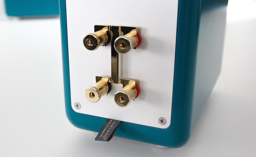 Edel und gut: Das Terminal hat vergoldete Kabelklemmen mit freilaufenden Andruckscheiben - so wird die empfindliche Litze geschont. Das Stoffschild zeigt an: In dieser Inklang-Box sitzt eine Referenz-Frequenzweiche.