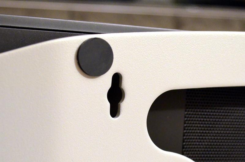 Der geschwungene Standfuß ist für die Wandmontage mit einer Schlüssellochaufhängung ausgestattet.