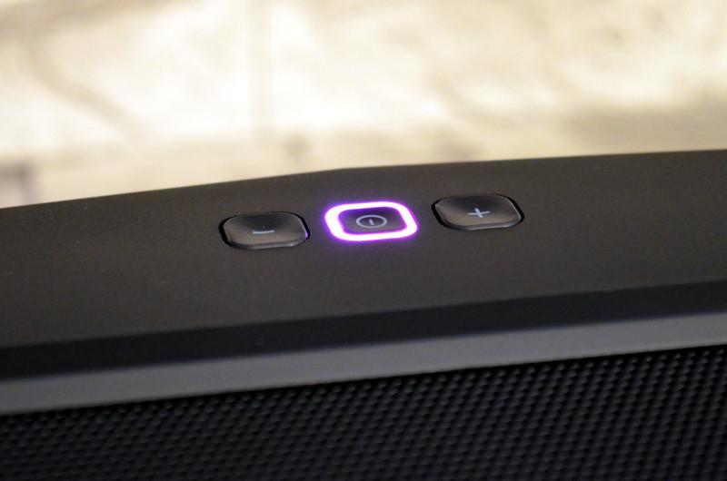 Der LED-Ring um die An/Aus-Taste signalisiert aktuell gewählte Quelle und Betriebszustand.